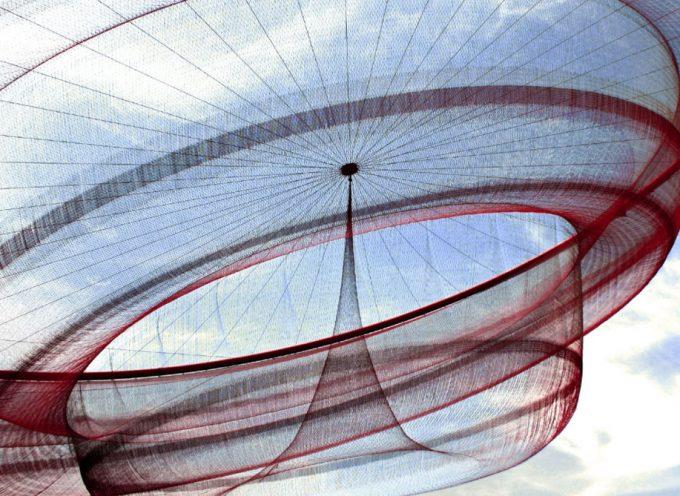 La riscoperta della meraviglia: le sculture aeree di Janet Echelman