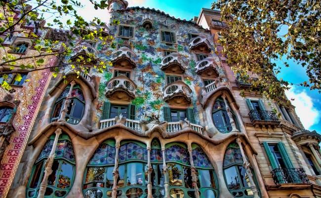 Barcellona antoni gaud e il riciclo creativo di casa batll for Antoni gaudi opere