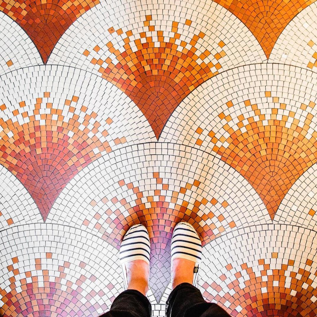 Londra, Parigi, Barcellona e Venezia: i pavimenti delle città fotografati da Sebastian Erras