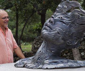 Sculture in legno esplorano la psiche umana