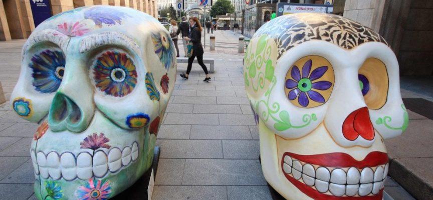 Teschi giganti e colorati della Design Week invadono Milano