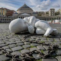 Napoli, il bambino incatenato di Jago in piazza del Plebiscito